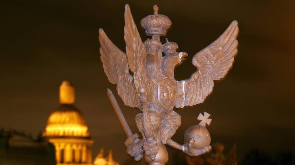Двуглавые орлы на ограде Александровcкой колонны на Дворцовой площади