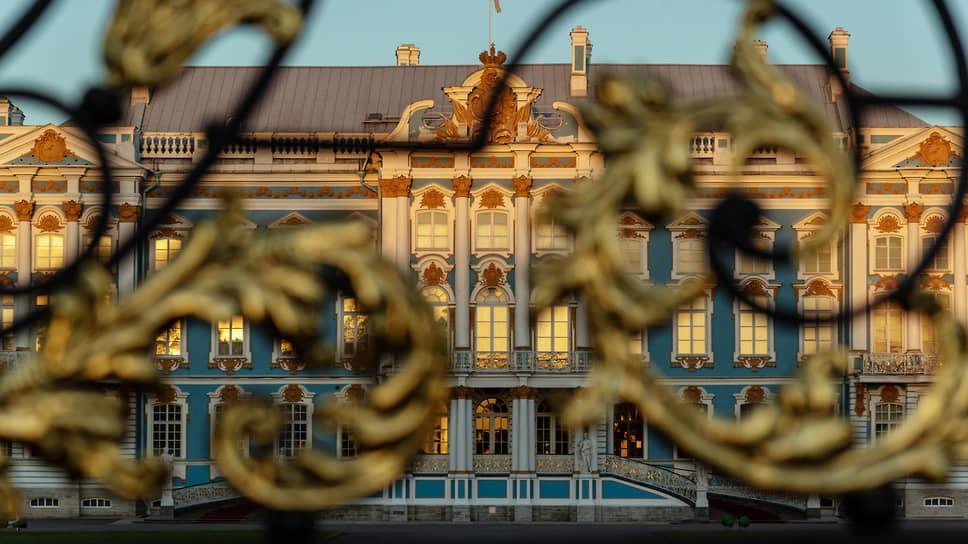 Большой Екатерининский дворец в Царском Селе построен в 1717–1724 годах как летняя резиденция царствующей государыни Екатерины I. На торжестве в честь окончания строительства присутствовал Петр Великий, «палили из 13 пушек трижды»