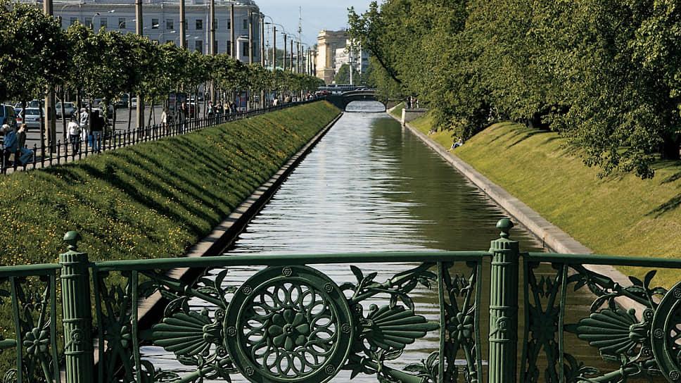 Канал Летнего сада, соединяющий Большую Неву с Мойкой, был прорыт в 1711–1719 годах. В конце XVIII века на нем поселились лебеди, и канал стали называть Лебяжьей канавкой