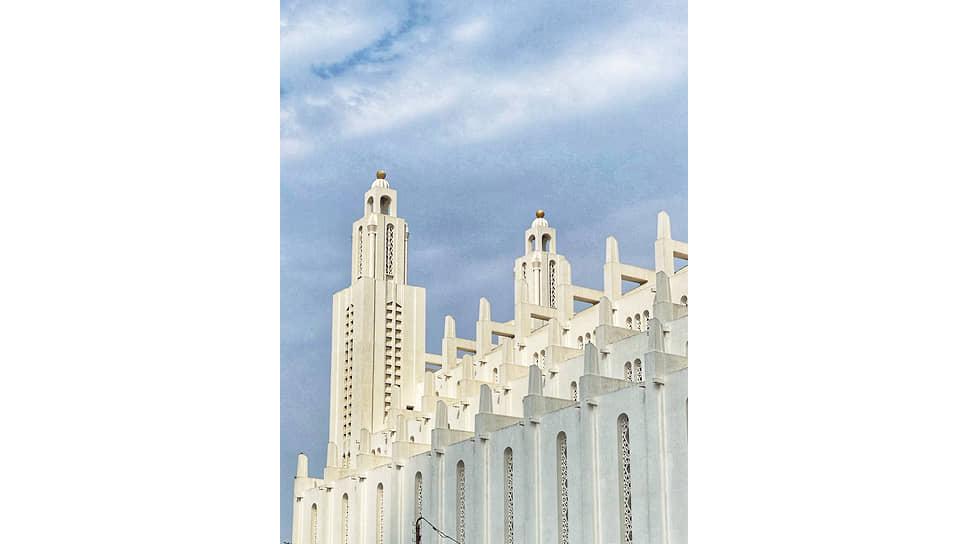 Башни собора Sacre Coeur довольно оригинальны, но в них чувствуется дух старой архитектуры