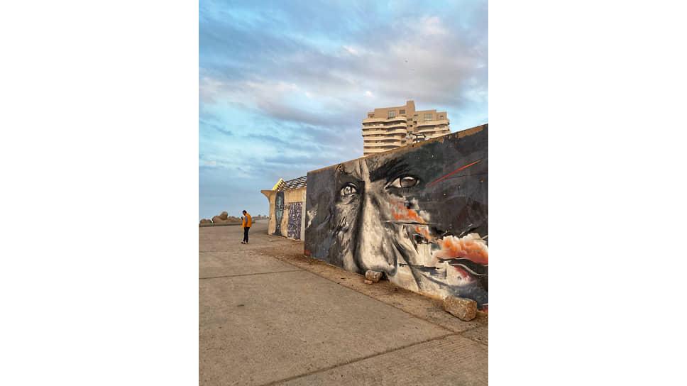 Набережная у мечети Хассана II украшена множеством граффити