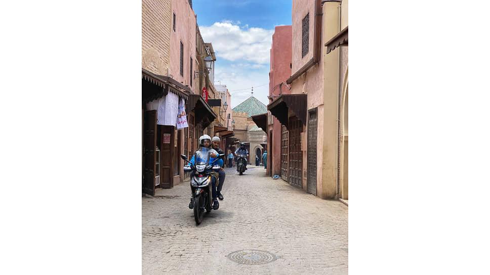 На улицах Марракеша, как и везде в Марокко, причудливо сплетается настоящее и прошлое