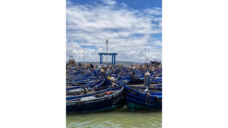 Порт Эссуэйры полон голубых рыбацких лодок