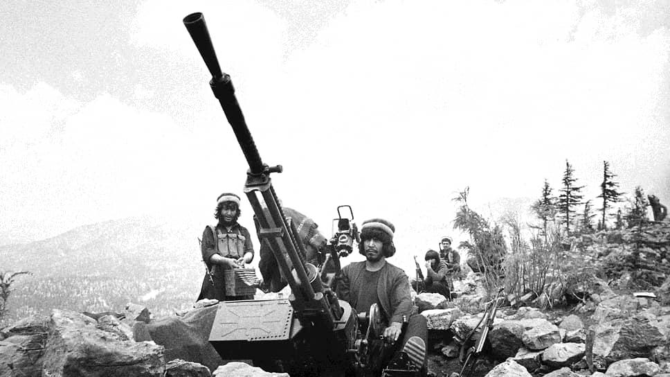 В 1979 году Центральное разведывательное управление начало операцию «Циклон», программу по подготовке и снабжению вооружением афганских моджахедов для борьбы с контингентом советских войск в Афганистане. Бюджет программы с $695 тыс. в первый год существования вырос до $630 млн в 1987 году