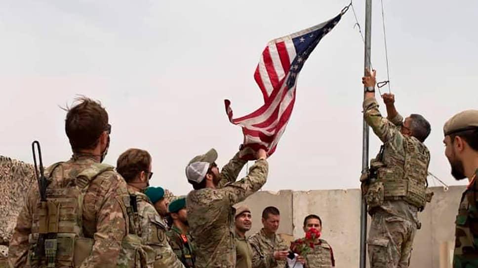 Американские военные спускают флаг во время церемонии передачи власти Афганской национальной армии. 2 мая 2021 год