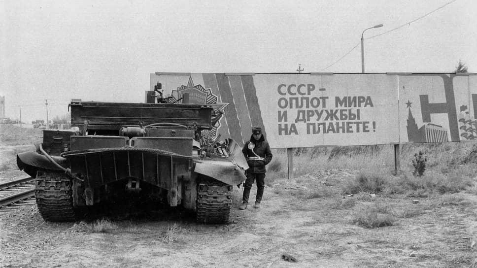 «Тогда же мы исправили еще одну ошибку, дорого обошедшуюся нашей стране и нашему народу,— вывели советские войска из Афганистана. Вывод наших войск не был бегством, он позволил создать условия для начала процесса внутреннего урегулирования в этой стране. Мы предлагали, чтобы великие державы и соседи содействовали национальному примирению в Афганистане. Не наша вина, что этого не произошло». (М. С. Горбачев, «Понять перестройку, отстоять новое мышление»)