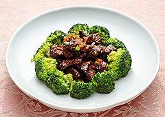 Главное праздничное блюдо ресторана «Династия», который отмечает в это воскресенье китайский Новый год,— баранина, обжаренная в ароматных специях по-пекински и щедро гарнированная брокколи