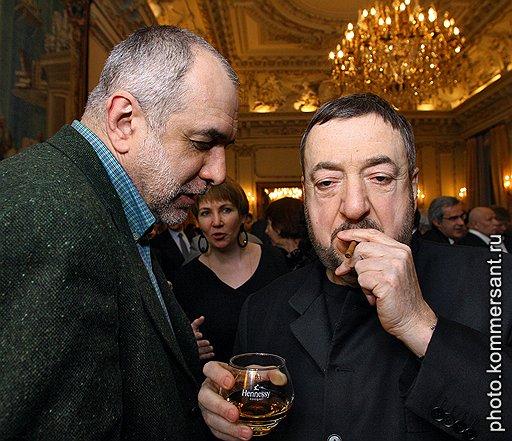 Директор Государственного центра современного искусства Михаил Миндлин (слева) и режиссер Павел Лунгин на приеме в посольстве Франции