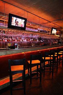Ketama — весьма практичный и традиционный бар с обшитой медью длинной барной стойкой, простыми столами и бетонными потолками