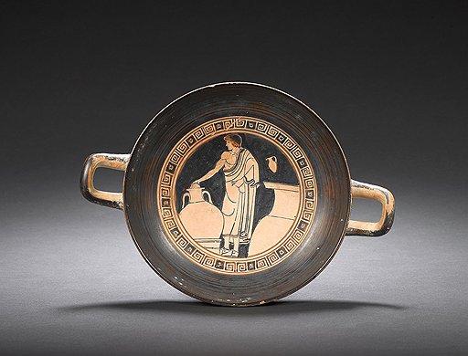 Килик с изображением юноши, выбирающего вино. Аттика, вазописец Дурис, около 480 года до н. э. Эстимейт £30–40 тыс.