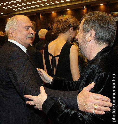 Режиссер Никита Михалков (слева) и режиссер Павел Лунгин