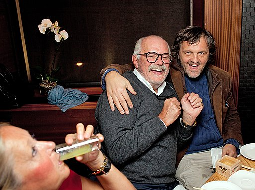 Президент фонда «Русский силуэт» Татьяна Михалкова, режиссеры Никита Михалков и Эмир Кустурица (слева направо) на ужине с актером Робертом Де Ниро в ресторане Nobu