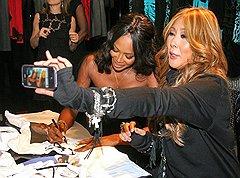 Певица Анита Цой (справа) на презентации лимитированной коллекции футболок Dolce & Gabbana, созданных в честь 25-летия карьеры Наоми Кэмпбелл (слева) в модельном бизнесе