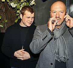 Режиссер Федор Бондарчук (справа) с сыном Сергеем  на премьере фильма «На крючке» в кинотеатре «Октябрь»
