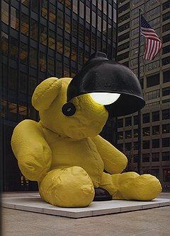 """Урс Фишер. """"Лампа-медведь"""", 2005-2006 годы. Бронза, акрил, полиуретан, стекло, газоразрядная лампа. Christie's, эстимейт по запросу."""