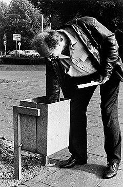 """Беньямин Кац. """"Зигмар Польке у входа на Дюссельдорфскую ярмарку"""". Дюссельдорф, 1983 год"""