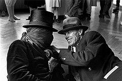 "Беньямин Кац. ""Джеймс Ли Бьярс и Йозеф Бойс на выставке ""To the Happy Few: die Sammlung Reiner Speck"""". Музей Хауса Ланге, Крефельд, 1983 год"