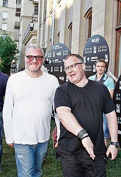 """Владельцы галереи """"Триумф"""" Емельян Захаров (слева) и Дмитрий Ханкин перед премьерным показом фильма """"Древо жизни"""" в кинотеатре """"Пионер"""""""