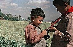 Первое прикосновение к пионерскому галстуку. Китай, 1956