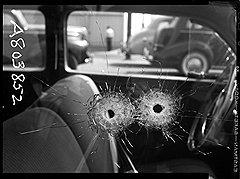 Крупный план пулевых отверстий в окне автомобиля Атти. Убийство. 1942 год