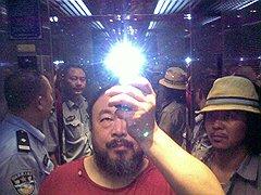Ай Вэйвэй и рок-музыкант Цзосяо Цзучжо под арестом. Сычуань, август 2009 года
