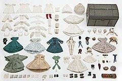 Кукла, ее гардероб и чемодан. Около 1865 года