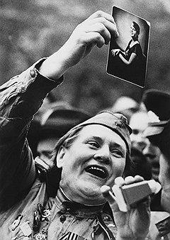 """Виктор Арсирий. """"И мне было восемнадцать..."""", 9 Мая 1966 года. III место в номинации """"Общие новости"""" конкурса World Press Photo 1974 года"""