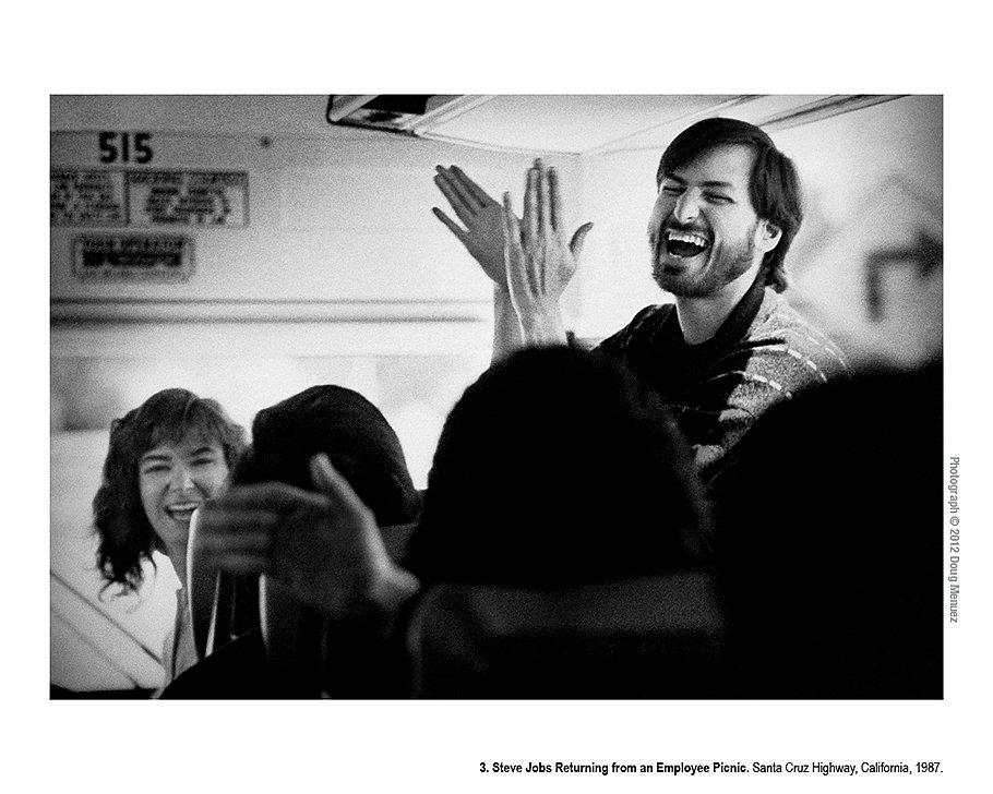 Стив Джобс возвращается с пикника для сотрудников. Калифорния, 1987 год. Хотя Стив Джобс бывал настроен невероятно грубо, критично и даже мстительно, большую часть времени он казался невероятно радостным -- противостоять его заразительной улыбке и энергии было невозможно.