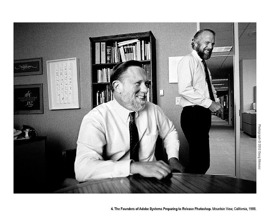 Основатели Adobe Systems собираются представить Photoshop. Маунтин-Вью, Калифорния, 1988 год. Джон Уорнок и Чак Гешке (слева) основали Adobe в 1982 году и вскоре произвели революцию, представив PostScript. Их компания стала первой в истории Силиконовой долины, которая принесла прибыль уже в первый год существования. Это рекорд до сих пор не побит.
