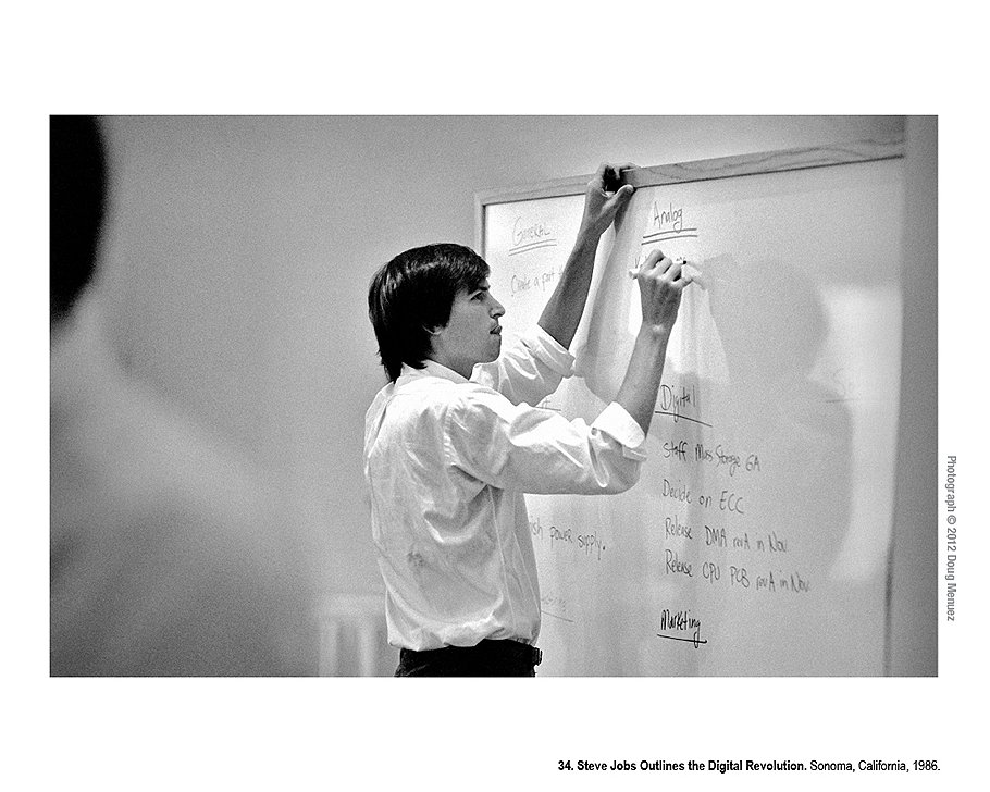 Стив Джобс рисует схему цифровой революции. Сонома, Калифорния. 1986 год. Стив Джобс составляет опись того, что еще необходимо перевести из аналогового формата в цифровой.