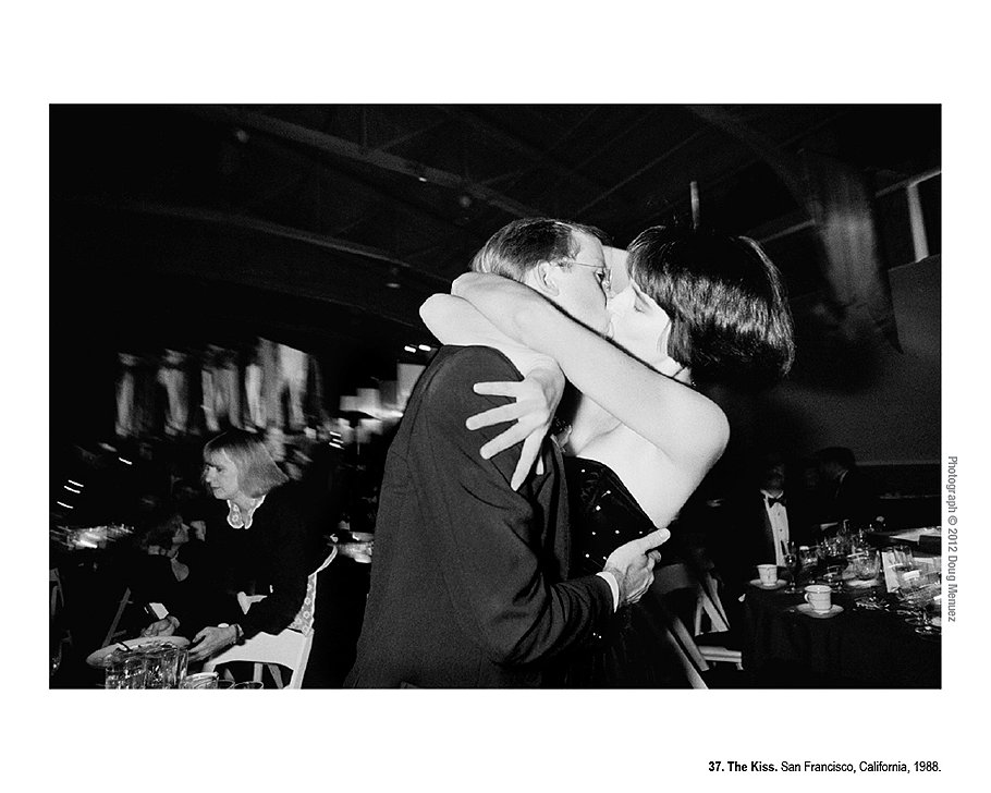 Поцелуй. Сан-Франциско, Калифорния, 1988 год. Двое сотрудников завели роман, развлекаясь на ежегодной вечеринке компании Adobe в 1988 году. Вскоре после вечеринки они поженились, но через пару лет развелись.