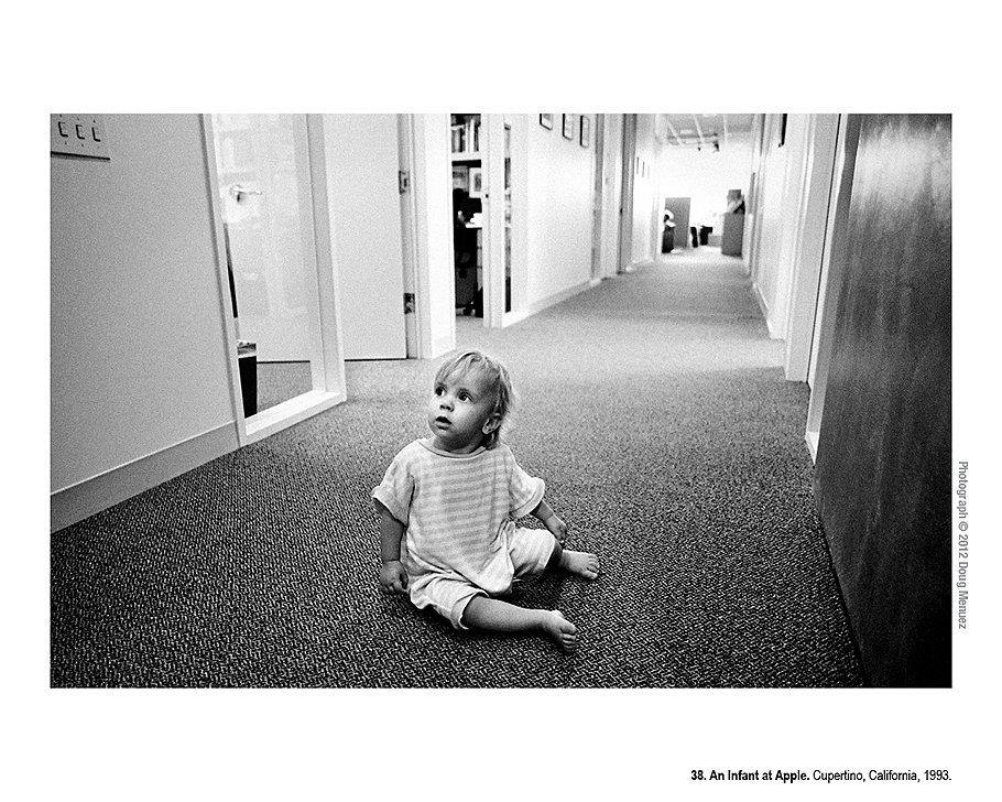 Ребенок в компании Apple. Купертино, Калифорния, 1993 год. Поскольку работать приходилось все время, включая выходные, постепенно сотрудники начали приводить в офис Apple жен, мужей и детей. Для детей это был единственный способ увидеть своих родителей.