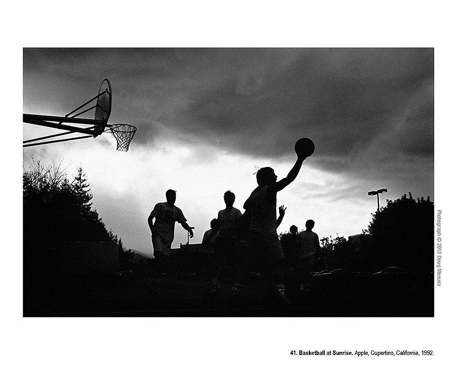 Баскетбол на рассвете. Apple, Купертино, Калифорния, 1992 год. Отработав всю ночь, на рассвете программисты играли в баскетбол, прежде чем вернуться к работе. Сегодня площадки для баскетбола есть во многих компаниях -- некоторые утверждают, что это делается не для того, чтобы помогать справляться с рабочей нагрузкой, а для того, чтобы дольше удерживать сотрудников на рабочем месте.
