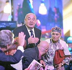 Художественный руководитель Театра мюзикла Михаил Швыдкой (слева) и коммерческий директор компании Bosco di Ciliegi Екатерина Моисеева во время юбилейного ретроспективного показа Etro на Даниловском рынке
