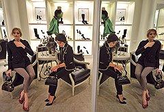 Журналист Мирослава Дума (справа) и модель Елена Перминова на чаепитии для друзей марки во флагманском бутике Ralph Lauren