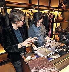Директор курсов искусствоведения Phillips de Pury & Company Марина Добровинская (справа) на презентации книги Bottega Veneta во флагманском бутике Bottega Veneta
