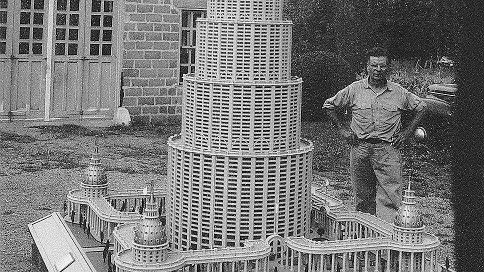 Марино Аурити рядом с макетом Энциклопедического дворца, 1950-е годы
