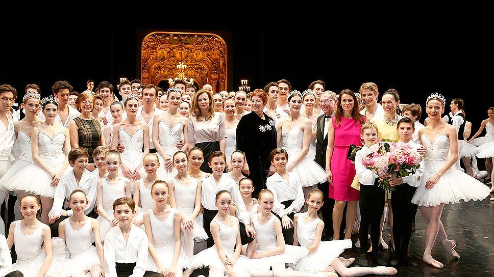 Через год Брижит Лефевр (вверху, в черном) покинет пост Директора балета Парижской оперы, и на ее место придет Бенжамен Мильпье