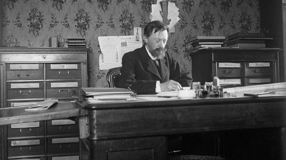 Автопортрет В.Г.Шухова в рабочем кабинете в Строительной конторе инженера А.В.Бари, 1903год