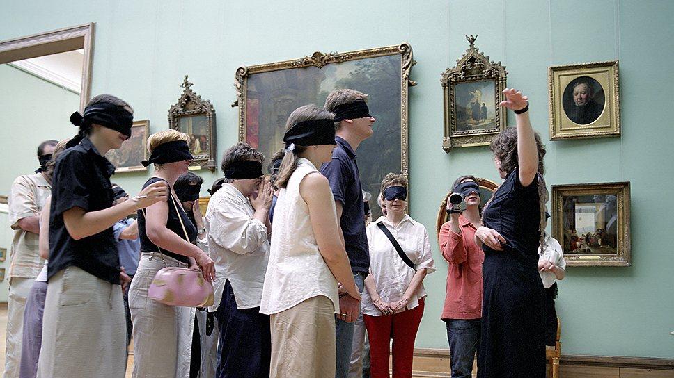 """Перформанс в Третьяковской галерее """"Экскурсия с завязанными глазами III"""", 2002 год"""