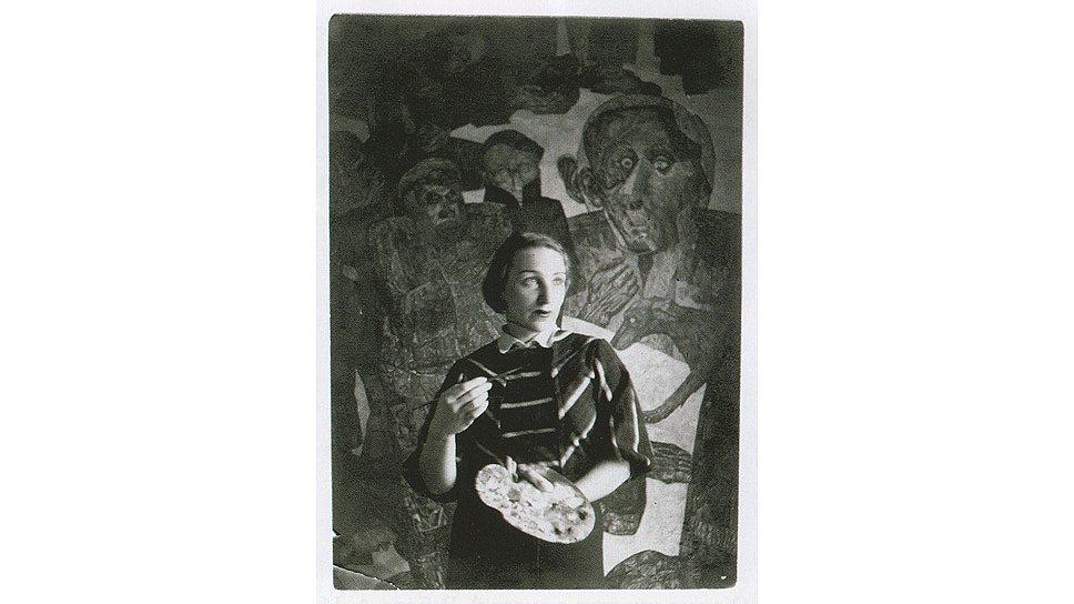"""Алиса Порет у своей картины """"Люмпен-пролетариат. (Тюрьма)"""", 1928 год"""