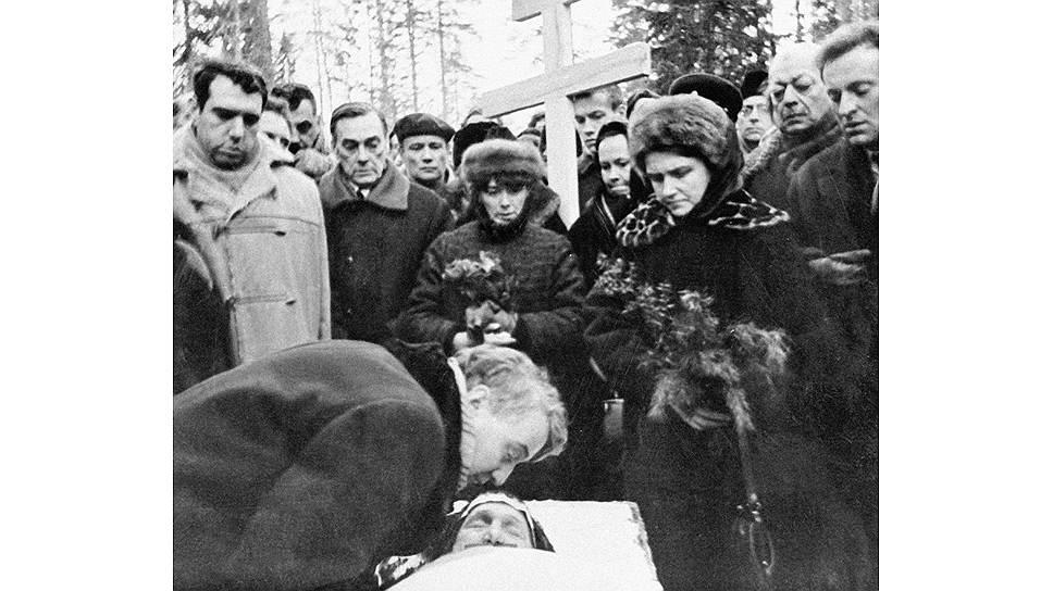Прощание с Анной Ахматовой. В центре: Лев Гумилев, слева: Евгений Рейн и Арсений Тарковский, справа: Иосиф Бродский, 10 марта 1966 года