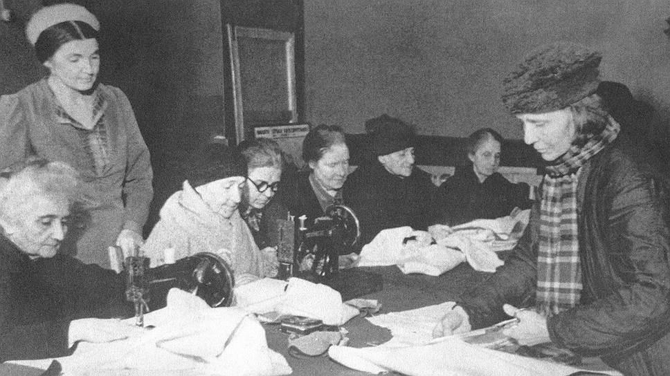 Сотрудники Эрмитажа за работой. Первая слева А. П. Султан-Шах