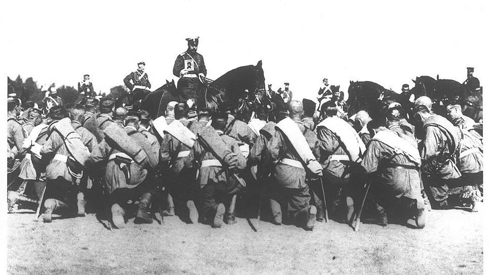 Николай II благословляет солдат перед началом боя