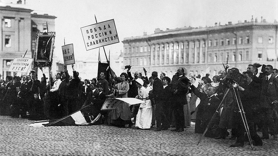 Толпа на Дворцовой площади в ожидании официального заявления НиколаяII о вступлении России в войну, Санкт-Петербург, 2августа 1914года