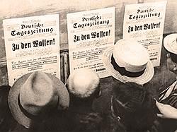 """Прохожие читают специальный выпуск """"Немецкой ежедневной газеты"""" с объявлением о всеобщей мобилизации, 1августа 1914года"""