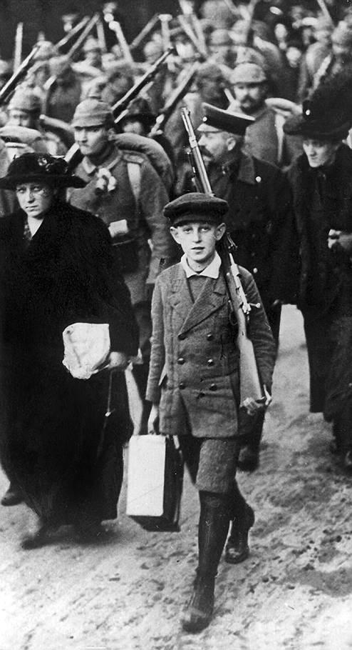 Мальчик провожает отца-новобранца на вокзал, Германия, 1августа 1914года