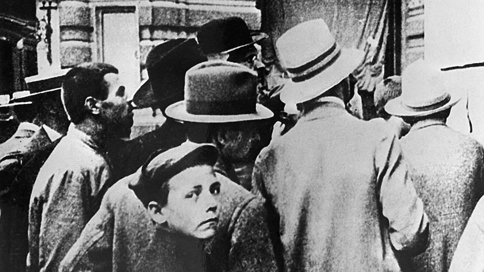 Москвичи читают приказ о мобилизации, 19июля 1914года