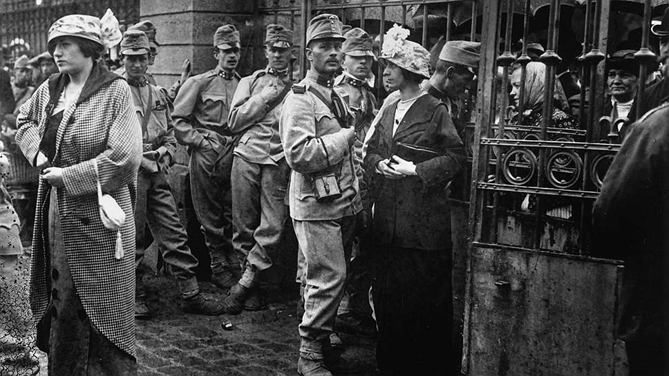 Мобилизованные австрийские офицеры прощаются с женами и подругами, 1914год