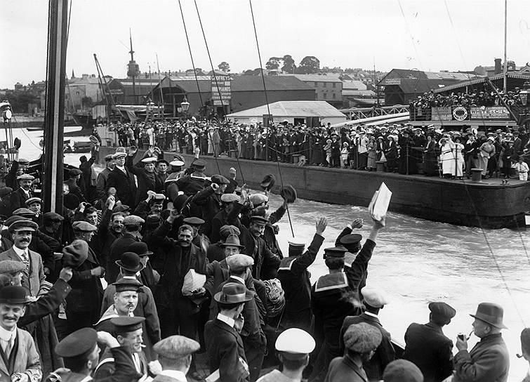 Корабль Военно-морских сил Великобритании покидает порт Коуз, 1августа 1914года